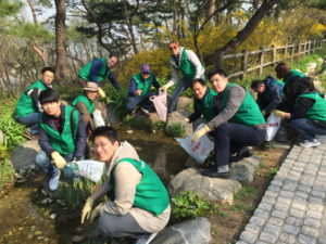 PHOTO_BNP Paribas Cardif Life Insurance Helps Clean Up Namsan Park