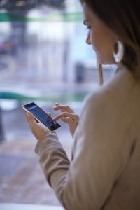 BNP-Paribas-BE_Individuals_RPB_Woman-using-smartphone-on-street_287x430